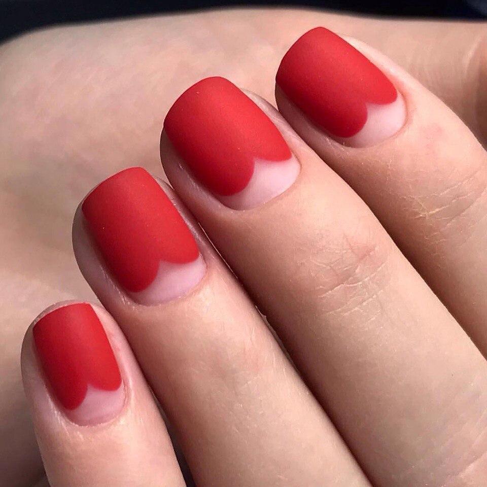 Красивый модный маникюр красный